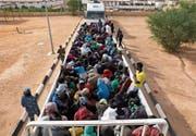 Flüchtlinge werden auf Lastern ins Camp im libyschen Gharyan gebracht. (Bild: Hani Amara/Reuters (12. Oktober 2017))