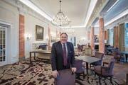 Bruno H. Schöpfer steht in einem der grossen Säle des Hotels Palace im Bürgenstock-Resort. Die Anlage soll noch um eine Hotelfachschule erweitert werden. (Bild: Pius Amrein (Bürgenstock, 3. März 2017))