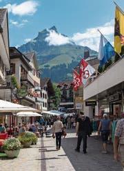 Die Fussgängerzone in der Dorfstrasse ist gepflästert. Nun soll der Abschnitt bis zum Kloster ebenfalls gepflästert werden. (Bild: PD)