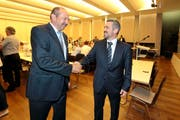 Ruedi Waser (links) gratuliert seinem Nachfolger Stefan Bosshard zur Wahl als FDP-Kantonalpräsident. (Bild Roger Zbinden)