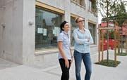 Martina Durrer (links) und Sarah Russi vor ihrer neuen Hausarztpraxis in Stans. (Bild Corinne Glanzmann)