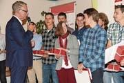 Verbandspräsident John de Haan interviewt erfolgreiche Lehrabsolventen. (Bild: Robert Hess (Alpnach, 11. September 2017))