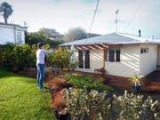 Pia Knarston erntet Zitronen im Garten vor ihrem Haus in Auckland. (Bild: PD)