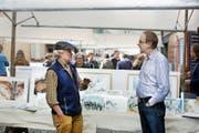Austausch unter Künstlern: Konrad Abegg (links) und Theo Zihlmann fanden gestern Zeit für einen Schwatz. (Bild Corinne Glanzmann)