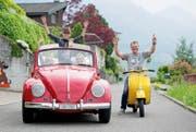 Freuen sich auf «Oldtimer in Obwalden»: Beat Rohrer auf der Vespa und Anna Rohrer mit Rino und Céline im Käfer-Cabrio. (Bild Corinne Glanzmann)