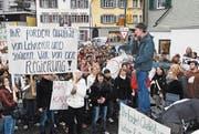 Demo der Kantonsschüler Obwalden. Die Kantonsschüler Sarnen wollen ein neues Schulhaus und nicht wie geplant eine Sanierung des Gebäudes. Rund 400 Schüler sind am 06. November 2007 an der Demo in Sarnen unterwegs. (Neue OZ/Corinne Glanzmann) (Bild: Corinne Glanzmann)