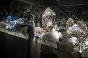 Besucher schauen in die Vitrine mit den Kristallen vom Planggenstock im Bunker Sasso San Gottardo auf dem Gotthardpass, (Bild: Photopress / Samuel Golay)