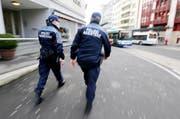 Polizeiassistenten patrouillieren am Bahnhof Zug. (Bild Stefan Kaiser)