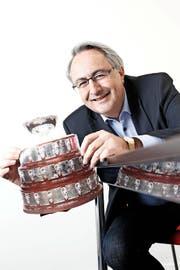 Bruno Waller hält ein Bild des Pokals in die Kamera, der am Mittwoch in Zug zu sehen ist. (Bild Stefan Kaiser)