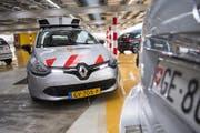 Getestet wird die Parkjsünder-Jagd per Scanner in Genf mit einem Fahrzeug aus Holland. (Bild: Keystone/Jean-Christophe Bott)