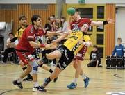 Altdorfs Kreisläufer Yannick Drollinger (am Ball) bewies gegen Endingen viel Durchsetzungsvermögen. (Bild: Urs Hanhart (Altdorf, 18. März 2017))