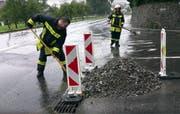 Geröll kam von der Dorfbachstrasse herab. (Bild: Geri Holdener, Bote der Urschweiz)