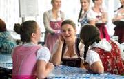 Dass man hier eigentlich einem deutschen Brauch frönt, hat gestern am Oktoberfest in Altdorf niemanden gestört. (Bild Nadia Schärli)