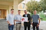 Sie freuen sich über die Auszeichnung «Herkunftszeichen Schweizer Holz». Von links: Thomas Rietmann (CAS Architekten), Pius Renggli (Holzprojekt GmbH), Baudirektor Roger Nager und André Deplazes (Vorsteher Amt für Hochbau). (Bild: PD)