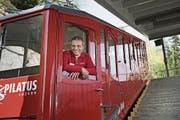 Betriebsleiter Ueli Wallimann in einem der angejahrten Triebwagen der Pilatus-Zahnradbahn. (Bild: Corinne Glanzmann (Alpnachstad, 12. April 2017))