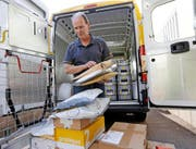 Wie lange Oberwil noch über eine eigene Postfiliale verfügt, ist noch unklar. Im Bild Ruedi Stieger. (Bild Stefan Kaiser)