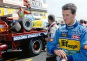 German Formula One driver Michael Schumacher passes his damaged F1 Benetton Renault car as it is towed away after the car spun out during a free time practice session in Imola, Italy on April 29, 1995 before the San Marino Grand Prix the following Sunday. (AP Photo/Luca Bruno) (Bild: Luca Bruno / AP / Keystone (Imola, 29. April 1995))