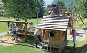 Die Mitglieder der CVP legten sich beim Neuanstrich auf dem Spielplatz Jagdmatt mächtig ins Zeug. (Bild: Paul Gwerder (Erstfeld, 17. Juni 2017))