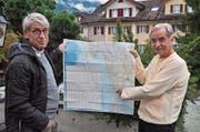 Projektleiter Kari Kiser (rechts) zeigt mit Präsident Toni Durrer auf der Karte den Standort des neuen Zentrums. (Bild: Birgit Scheidegger)