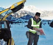 Dieses Bild gehört bald der Vergangenheit an: Der 60-jährige Mike Gisler verteilt auf dem Haldi oberhalb von Schattdorf mit dem gelben Fiat Panda von Haus zu Haus die Post. (Bild: Urs Hanhart (12. Februar 2015))