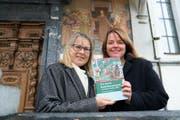 Heidy Greco-Kaufmann (links) und Elke Huwiler mit ihrem neuen Buch zu Bruder Klaus. (Bild: Romano Cuonz (Sachseln, 9.November 2017))