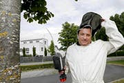 Mit Schutzanzug und Giftspritze geht Marcel Fuhrer gegen Wespen vor. (Bild Werner Schelbert)