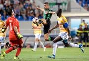 Hier kann die FCL-Abwehr mit Goalie David Zibung (links) gegen Sassuolos Gregoire Defrel klären. Rechts: Sally Sarr wäre zu spät dran gewesen. (Bild: EQ/Sabattini)