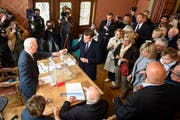 Präsidentschaftskandidat Manuel Macron bei der Stimmabgabe im nordfranzösischen Le Touquet. (Bild: EPA)
