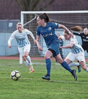 Géraldine Reuteler, die FCL-Offensivkraft, versucht die Zürcherinnen unter Druck zu setzen. (Bild: Manuela Jans-Koch (Luzern, 24. März 2018))