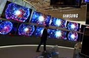 Bildschirme von Samsung an der Funkausstellung in Berlin. (Bild: Epa / Wolfgang Kumm)