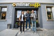 Tomislav Puljic (Mitte) mit Geschäftsführer Neso Todic und Dominik Andrijanic (rechts) vor dem neuen Restaurant Mlinar. Bild: Dominik Wunderli (Emmenbrücke, 4. Oktober)