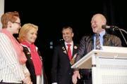 Hat gut lachen: Hans Meier (rechts) ist der neue Ennetbürger Zunftmeister. Links Tochter Janice, Ehefrau Eva und im Hintergrund Präsident Franz Gabriel. Bild: Richard Greuter (Ennetbürgen, 20. November 2016)