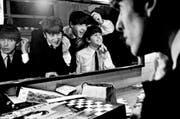 Szene aus dem neuen Dokfilm: Die vier Beatles (von links: Harrison, Lennon, McCartney und Starr) machen sich schön für einen Auftritt. (Bild: PD/Paterson)