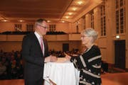 Beat Soltermann im Gespräch mit Brigitt Flüeler, Präsidentin Historischer Verein Nidwalden. (Bild: Marion Wannemacher (Stans, 17. Januar 2018))