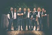 Der Heimweh-Chor mit dem in Sachseln lebenden Sänger Fabrizio Raffa (Dritter von links). (Bild: PD)
