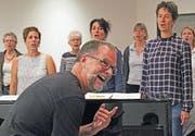 Chorleiter Renato Belleri gibt den Darbietungen der Vocal Friends den letzten Schliff.