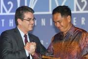 Sichtlich erleichtert zeigte sich WTO-Chef Roberto Azevêdo (links) mit dem indonesischen Handelsminister Gita Mirjawan bei der Abschlusszeremonie der 9. WTO-Ministerkonferenz am Samstag in Bali. (Bild: Keystone/Made Nagi)