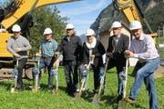 Am Spatenstich dabei waren (von links): Berto Dünki, Ady Styger, Werner Zgraggen, Pia Tresch, Markus Herger und Marcel Kunz. (Bild: gw)