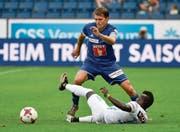 FCL-Captain Claudio Lustenberger (oben) verteidigt gegen Moussa Koné vom FC Zürich. (Bild: Martin Meienberger/Freshfocus (Luzern, 27. August 2017))