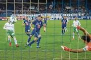 Luzerns Stürmer Shkelqim Demhasaj (Mitte) trifft via Penalty-Nachschuss zum 2:0. (Bild: Philipp Schmidli (Luzern, 5. November 2017))