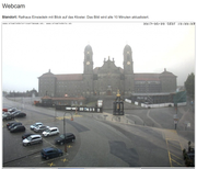 Zu diesem Zeitpunkt läuft bereits Wasser über den Klosterplatz. (Bild: einsiedeln.ch)