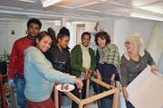 Meron Solomon, Lidya Berhe, Feruz Fiseha und Saba Gebregziabher aus Eritrea bauen mit Diana Arnold und Rachel Holenweg das Eckstück der Einbauküche zusammen. (Bild: Remo Infanger (Altdorf, 3. Februar 2017))