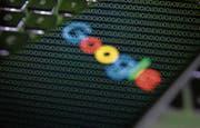 Wenn wir die Google-Suchmaschine nutzen, vertrauen wir dem Unternehmen auch einen Teil unserer Daten an. (Bild: Jaap Arriens/Getty)