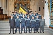 Polizeikommandant Reto Pfister (vorne, links) und Sicherheitsdirektor Dimitri Moretti zusammen mit den neuen und beförderten Polizeiangehörigen. (Bild: PD (Schattdorf, 15. Dezember 2017))