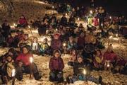Eine Gruppe aus dem Kanton Freiburg hat sichtlich Spass beim Basteln ihrer Laternen im Felsenheim. Später gehen Erwachsene und Kinder gemeinsam auf den Familienweg des Ranfttreffens. (Bilder: Marion Wannemacher/Izedin Arnautovic (Sachseln, 16. Dezember 2017))