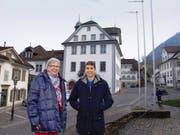 Ruth Wagner (68) und Dino Tsakmaklis (18) vor ihrem künftigen möglichen Wirkungsort, dem Rathaus in Stans. (Bild Kurt Liembd)