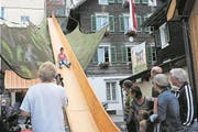 Ein Dreikäsehoch auf der Drei Stockwerke hohen Holzrutschbahn. (Bild: Rosmarie Berlinger, Stans, 19. August 2017)