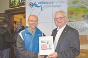 Renato Steffen (rechts) übergibt das «Label Regionales Leistungszentrum Sportschiessen» an Adi Arnold. (Bild: PD (Luzern, 2. November 2017))