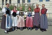 Die Ehrendamen haben sich für ihren Auftritt am Brünig-Schwinget mächtig herausgeputzt. (Bild: Robert Hess (30. Juli 2017))