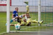 Die entscheidende Szene: Pascal Schürpf (hinten) trifft in der 70. Minute zum 1:0 für den FCL. (Bild: Philipp Schmidli (Luzern, 12. August 2017))